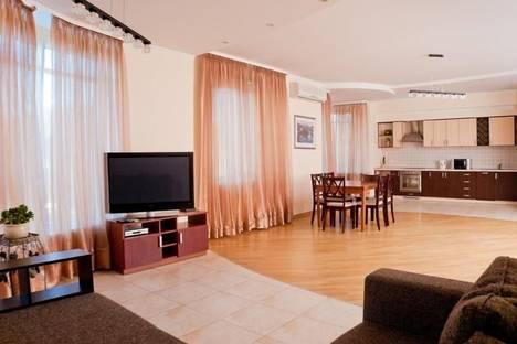 Сдается 4-комнатная квартира посуточно в Киеве, ул. Московская, 46.