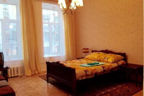 Сдается 2-комнатная квартира посуточнов Санкт-Петербурге, ул. Колокольная, 15.
