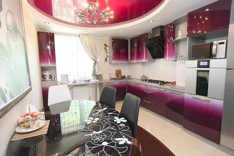 Сдается 3-комнатная квартира посуточно в Феодосии, улица Крымская 84.