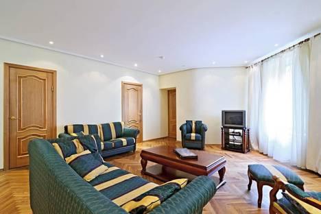 Сдается 3-комнатная квартира посуточнов Санкт-Петербурге, ул. Караванная 7.