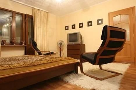 Сдается 1-комнатная квартира посуточно в Гатчине, ул. Рощинская 1а.