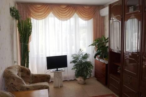 Сдается 2-комнатная квартира посуточно в Алуште, ул. Красноармейская, 7.