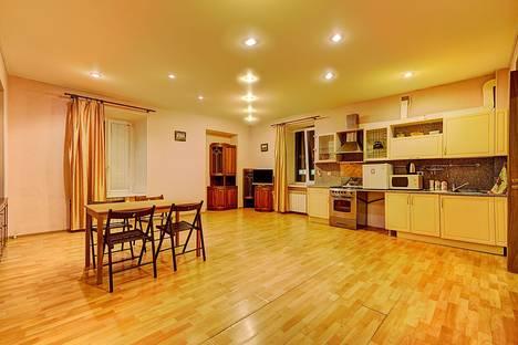 Сдается 3-комнатная квартира посуточнов Санкт-Петербурге, ул. Чайковского, 54.