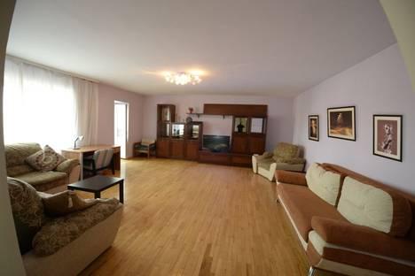 Сдается 3-комнатная квартира посуточно в Тюмени, ул. 50 лет Октября, 62а.