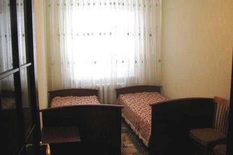 Сдается 2-комнатная квартира посуточно в Алуште, ул. Октябрьская, 45.