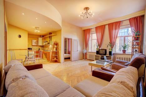 Сдается 2-комнатная квартира посуточнов Санкт-Петербурге, ул. Марата, 35.