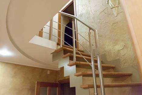 Сдается 4-комнатная квартира посуточно в Челябинске, ул. Братьев Кашириных, 54.