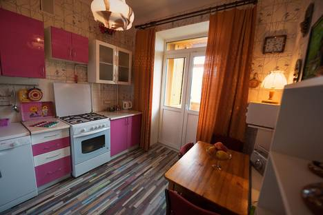 Сдается 3-комнатная квартира посуточно, ул.Комсомольская, 33 ( 1 мин пешком до проспект Независимости, 18).