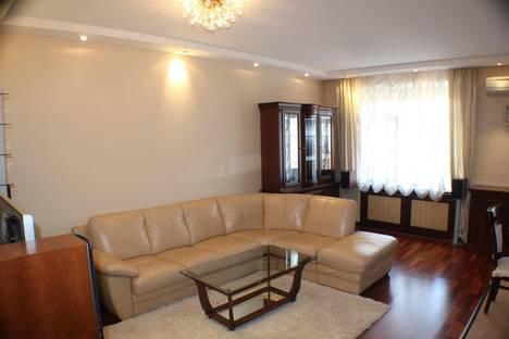 Сдается 1-комнатная квартира посуточнов Омске, ул. Иртышская Набережная, 12.