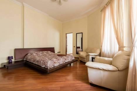 Сдается 4-комнатная квартира посуточно в Санкт-Петербурге, ул. Разъезжая, 4.