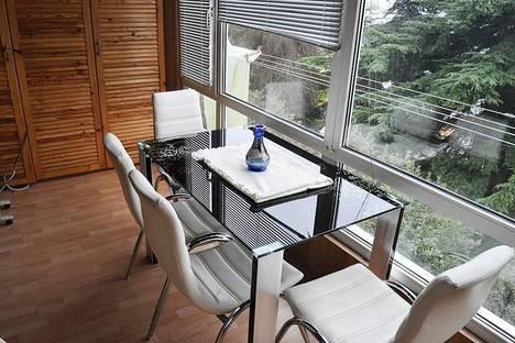 Сдается 1-комнатная квартира посуточно в Ялте, Ленина 5 С видом на море и набережную.