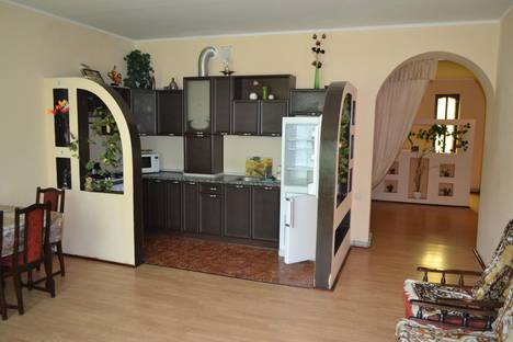 Сдается 4-комнатная квартира посуточнов Мирном, ул. 8 марта 30.