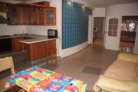 Сдается 4-комнатная квартира посуточно в Волгограде, ул. Краснознаменская, 8.
