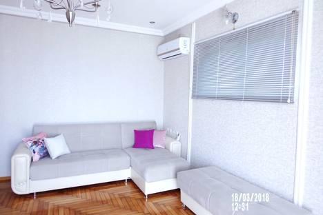 Сдается 2-комнатная квартира посуточно, ул. Мамеда Абашидзе, 6.