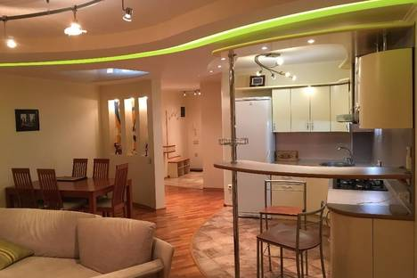 Сдается 2-комнатная квартира посуточно в Новосибирске, ул. Каменская, 32.