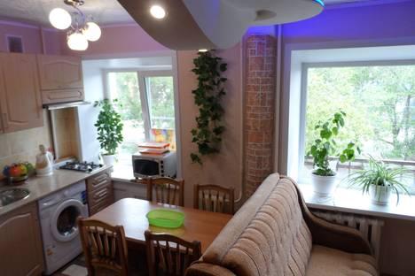 Сдается 2-комнатная квартира посуточно в Яровом, квартал Б, 12.