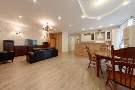 Сдается 4-комнатная квартира посуточно в Санкт-Петербурге, Владимирская площадь, 15.