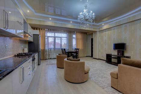 Сдается 3-комнатная квартира посуточно, улица Байтик баатыра, 37.