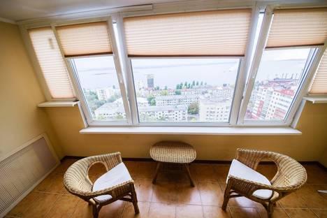 Сдается 2-комнатная квартира посуточно в Саратове, улица Мичурина, 111.