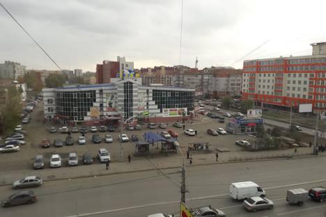 Сдается 3-комнатная квартира посуточнов Омске, улица 10 лет Октября, 105.
