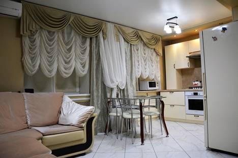 Сдается 3-комнатная квартира посуточнов Азове, Красноармейская улица, 38.