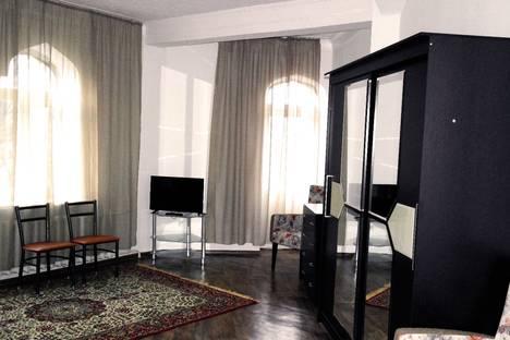 Сдается 1-комнатная квартира посуточно в Алматы, улица Фурманова 128.