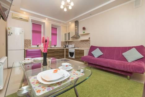 Сдается 2-комнатная квартира посуточно в Казани, Парижской Коммуны, 19.