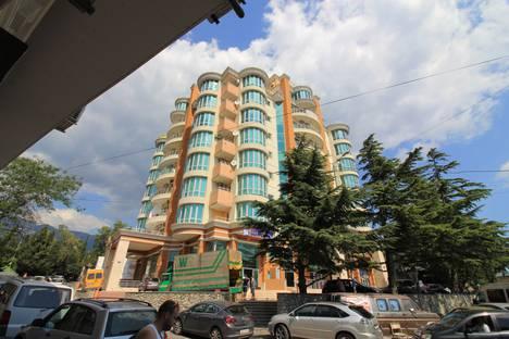 Сдается 3-комнатная квартира посуточнов Гаспре, улица Дражинского 4а.