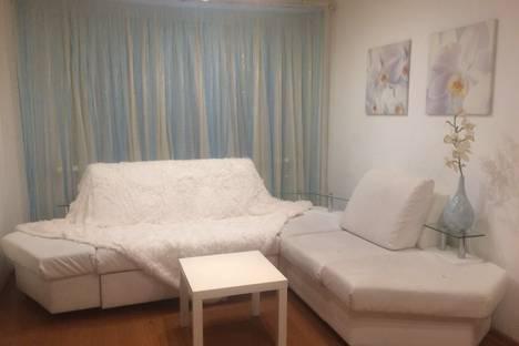 Сдается 2-комнатная квартира посуточно в Альметьевске, улица Шевченко 84.