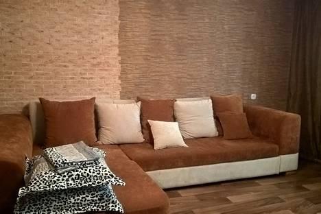 Сдается 2-комнатная квартира посуточно в Яровом, квартал А, дом 37.