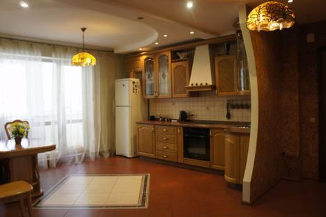 Сдается 2-комнатная квартира посуточно в Омске, ул. Дмитриева, 1/1.