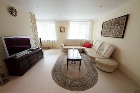 Сдается 2-комнатная квартира посуточнов Кстове, Совнаркомовская улица, 28.