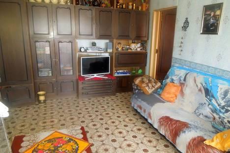 Сдается 2-комнатная квартира посуточно в Яровом, улица Верещагина, 4.