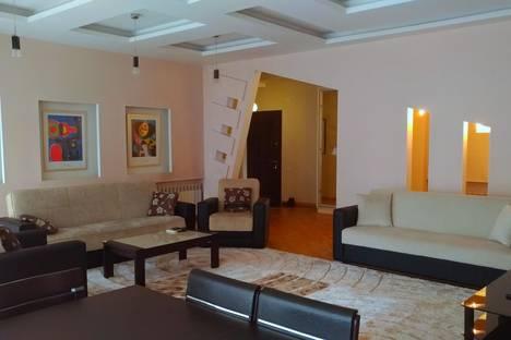 Сдается 3-комнатная квартира посуточно в Баку, улица Рашида Бейбутова дом 54.