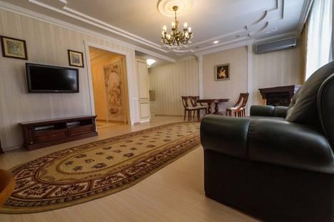 Сдается 3-комнатная квартира посуточнов Омске, улица Фрунзе, 49.
