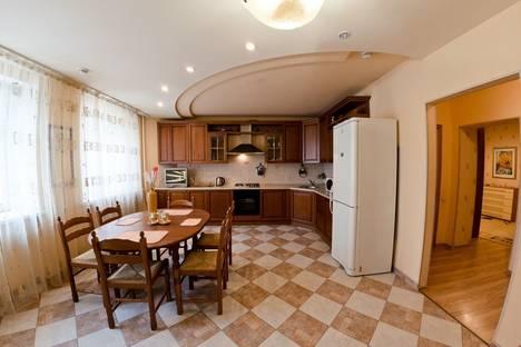 Сдается 4-комнатная квартира посуточно в Оренбурге, ул. 8 Марта, 8.
