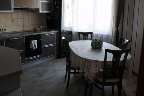 Сдается 3-комнатная квартира посуточно в Омске, ул. 70 лет Октября, 13/3.