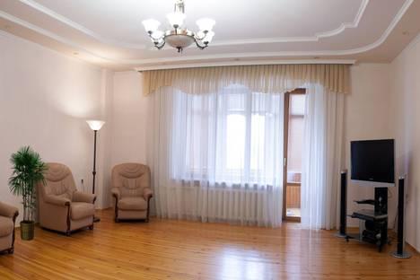 Сдается 3-комнатная квартира посуточно в Тюмени, ул. Степана Халтурина, 8.