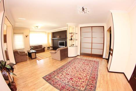 Сдается 3-комнатная квартира посуточно в Алматы, улица Каблукова 264/7.