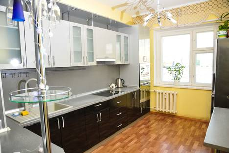 Сдается 3-комнатная квартира посуточно, улица Героев Самотлора, 19.