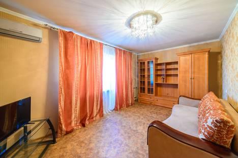 Сдается 2-комнатная квартира посуточно во Владивостоке, Октябрьская улица, 14.