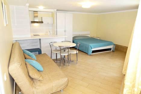Сдается 1-комнатная квартира посуточно в Феодосии, ул. Черноморская набережная 5.