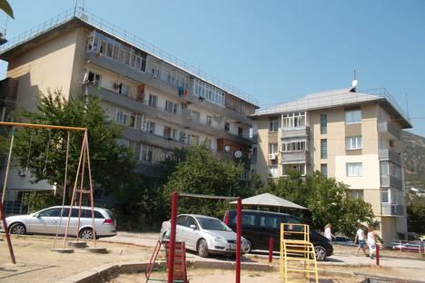 Сдается 2-комнатная квартира посуточно в Новом Свете, улица Шаляпина, 7.