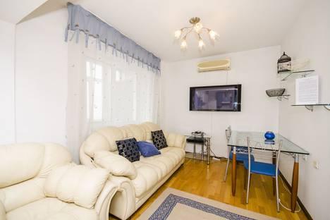 Сдается 2-комнатная квартира посуточно в Алматы, Самал-1, дом 40.