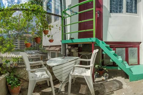 Сдается 2-комнатная квартира посуточно в Ялте, улица Толстого, 5.