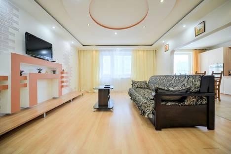 Сдается 3-комнатная квартира посуточно в Челябинске, улица Монакова, 33.