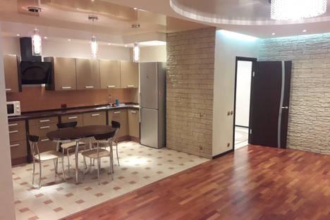 Сдается 2-комнатная квартира посуточно в Якутске, Октябрьская улица, 3.