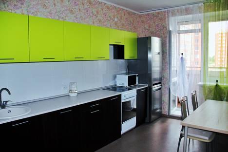 Сдается 2-комнатная квартира посуточно в Омске, проспект Комарова, 14/1.