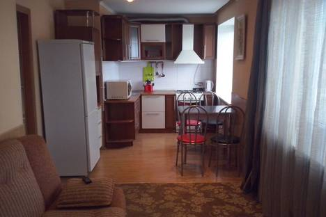 Сдается 2-комнатная квартира посуточно в Сатке, улица Солнечная, 3.