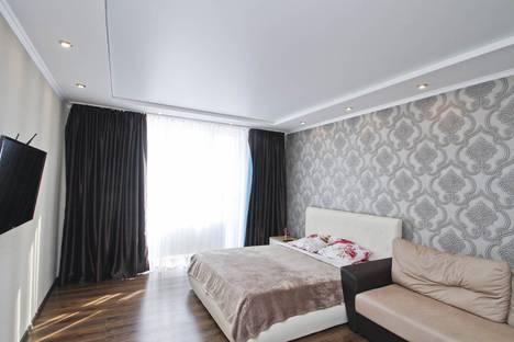 Сдается 1-комнатная квартира посуточно в Сургуте, улица Мелик-Карамова, 4.